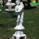 Kerti dísz szobor fiú bőségszarus talapzattal