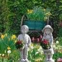 Kisfiú kerti virágtállal kezében