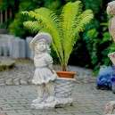Virág kosarat húzó kislány