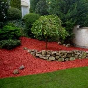 Színes vörös mulcs fenyődarabokkal