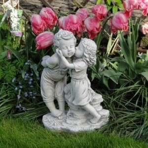 Kerti szobor puszilkodó gyerekek