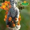 Fiú kosárral kis kerti szobor