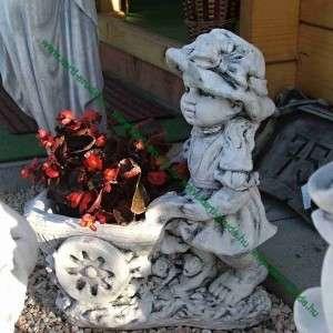 Kislány talicskával kerti dísz ajándéktárgy