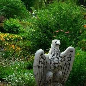 Ülő sas kerti dekoráció