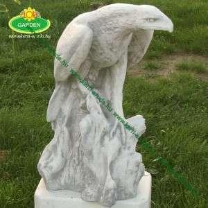 Nagy sas szobor szárnyát-lent tartó