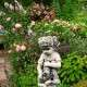 Guggolós kislány kerti szobor