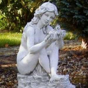 Lány kövön nagy vízköpő szobor