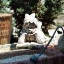 Vidám kerti figura fekvő könyves lány