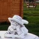 Vidám kerti figura fekvő könyves fiú