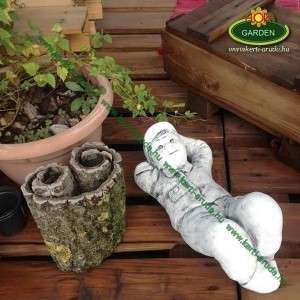 Fekvő kisfiú kerti szobor