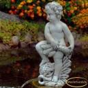Fiú vízköpő szobor sárkány hallal