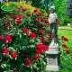 Szobor virágcsokros nő